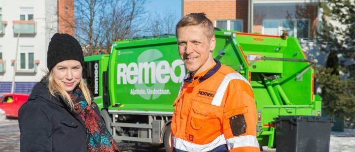 Nainen ja Remeon jäteauton kuljettaja