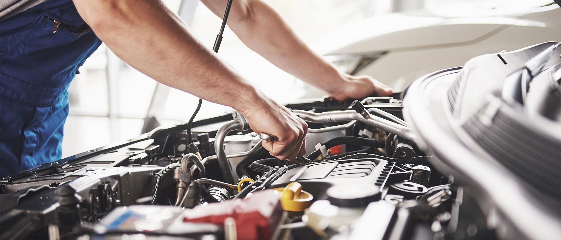 Korjaaja korjaa autoa