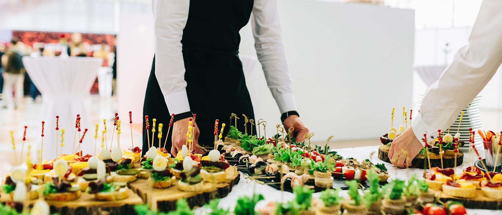 Ruokaa tarjottimella